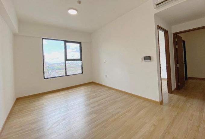 Căn hộ bàn giao hoàn thiện nội thất cơ bản gồm khóa từ, sàn gỗ, video call, hệ thống đèn điện, tủ bếp trên, tủ bếp dưới, bồn rửa, bếp từ, quạt hút, trang thiết bị vệ sinh, nhà tắm đứng.