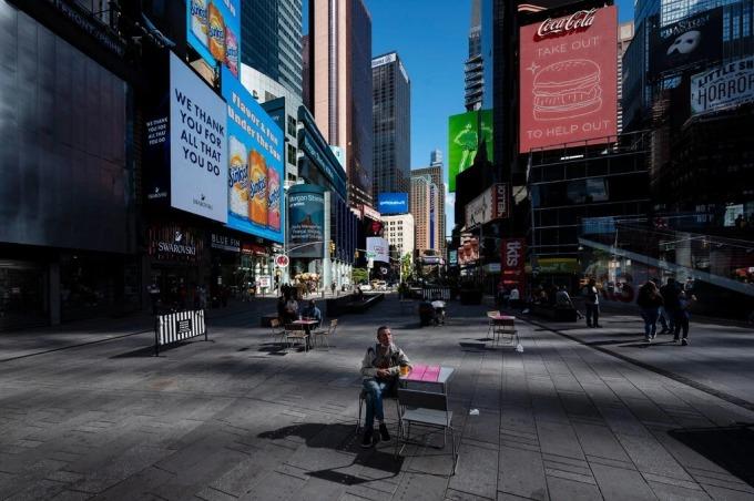 Father Duffy Square, nằm ở phía bắc của Times Square, New York, Mỹ vẫn đìu hiu những ngày đầu tháng 10/2020. Ảnh: NYT.