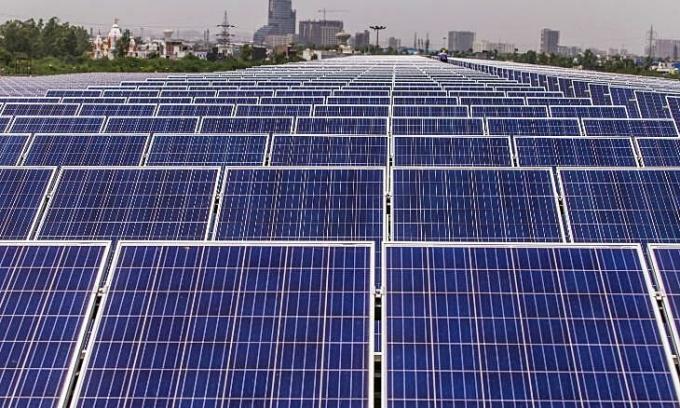 Các tấm pin mặt trời trên mái một nhà máy của Yamaha Motor ở Ấn Độ. Ảnh: Bloomberg