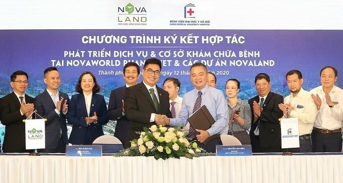 Novaland ký biên bản ghi nhớ hợp tác với Bệnh viện Đại học Y Hà Nội nhằm xây dựng bệnh viện phục hồi chức năng và cấp cứu tại NovaWorld Phan Thiet hôm 12/10. Ảnh: Novaland.