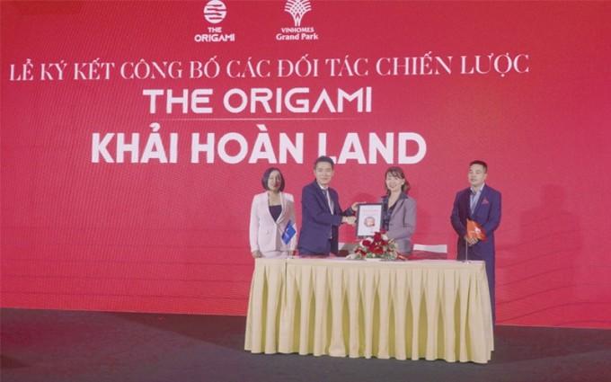 Đại diện Khải Hoàn Land tham gia lễ ký kết phân phối phân khu The Origami - dự án Vinhomes Grand Park cùng chủ đầu tư Vinhomes - Vingroup. Ảnh: Khải Hoàn Land.
