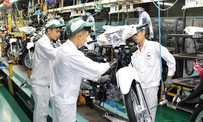 Công nhân rắp ráp xe máy trong một nhà máy Honda tại Việt Nam. Ảnh: Nikkei.
