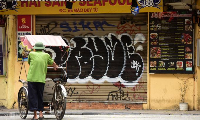 Lái xe xích lô giữa quán xá đóng cửa vì đợt cách ly toàn xã hội. Ảnh: Giang Huy.