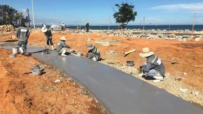 Công nhân đang thi công công viên bãi biển, dự kiến hoàn thành và đưa vào vận hành giai đoạn một vào tháng 12 năm nay.