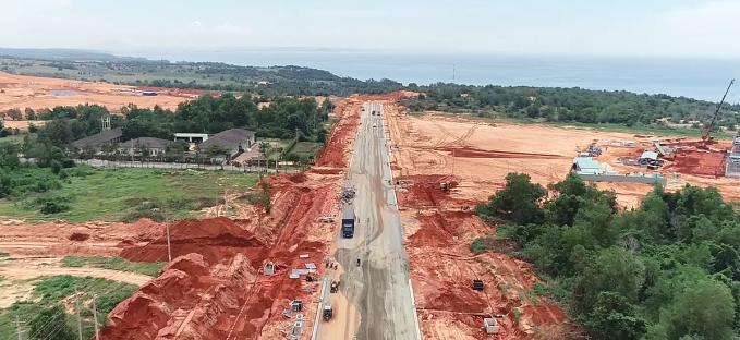 Đường Hòn Giồ - Thuận Quý, tuyến đường huyết mạch của dự án đang thi công gấp rút, dự kiến hoàn thành vào 12 năm nay.