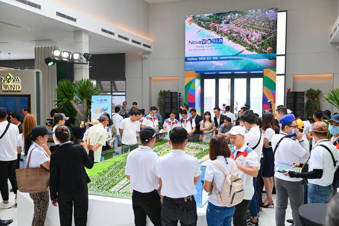Đầu tháng 10, NovaWorld Phan Thiet khai trương sàn giao dịch và cụm nhà mẫu ngay tại vị trí dự án, thu hút hàng nghìn khách hàng từ TP HCM và các tỉnh lân cận đến tham quan và tìm hiểu. Hotline: 0938221226. Website: novaworldphanthiet.com.vn.