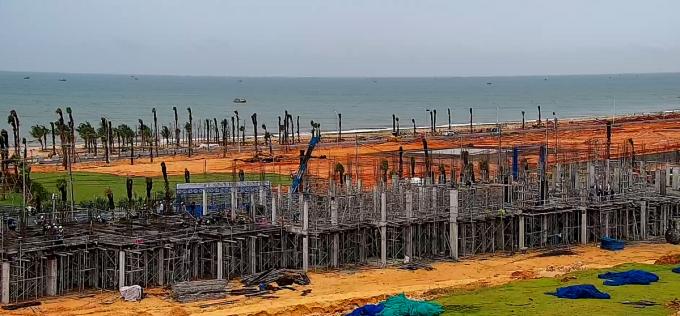 Dãy shophouse ngay mặt tiền biển đang thi công kết cấu, dự kiến đi vào vận hành từ quý II/2021.