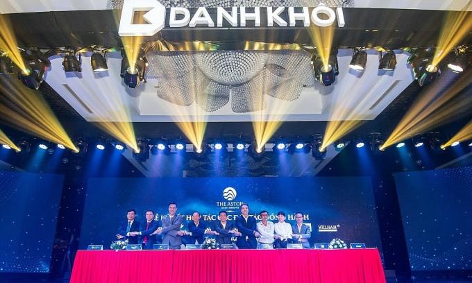 Ông Nguyễn Quốc Bảo - Phó tổng giám đốc Tập đoàn Danh Khôi (giữa) ký hợp tác với các đối tác đồng hành uy tín trên thị trường. Ảnh: Danh Khôi.
