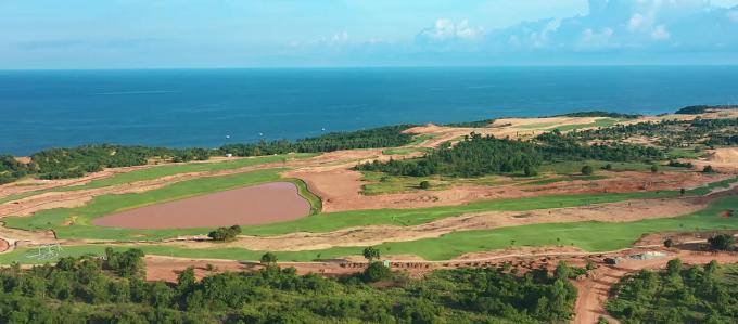 NovaWorld Phan Thiet với quy mô 1.000 ha trải dài 7 km đường biển Tiến Thành, Phan Thiết, Bình Thuận. Sau gần một năm triển khai, dự án đang triển khai hạng mục tiện ích như công viên bãi biển vận hành giai đoạn một vào tháng 12. Sân golf Nova PGA Ocean đã hoàn thiện phần tạo hình và đang trồng cỏ, dự kiến hoàn thành và đưa vào hoạt động từ tháng 12/2020. Sân golf Nova PGA Garden hoàn thiện trên 30% và dự kiến đưa vào hoạt động quý II/2021. Các khu second home (nhà phố, biệt thự nghỉ dưỡng) cũng sẽ bắt đầu bàn giao giai đoạn một vào quý I/2021.
