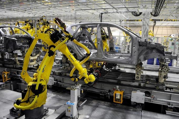 Các cánh tay robot làm việc trong một nhà máy sản xuất ôtô. Ảnh: Bloomberg.