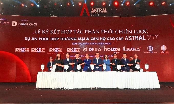 Đại diện các đơn vị ký kết hợp tác chiến lược phân phối dự án Astral City. Ảnh: Tuấn Võ.