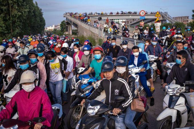 Công nhân trên đường đến các nhà máy tại Khu công nghiệp Vân Trung (Bắc Giang). Ảnh: Bloomberg