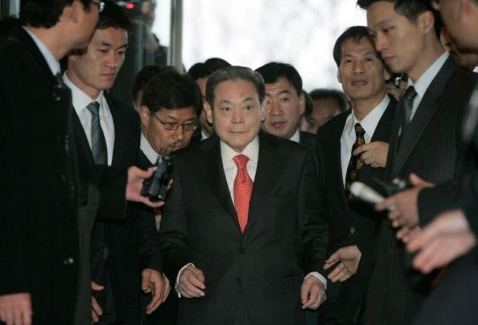 Ông Lee Kun-hee tại văn phòng của Liên đoàn Công nghiệp Hàn Quốc tháng 12/2007. Ảnh: Reuters.