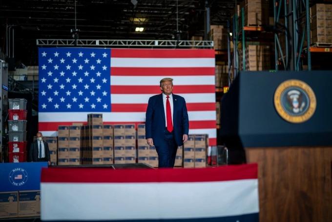 Ông Donald Trump đang bước lên bục phát biểu trong một buổi vận động tranh cử. Ảnh: NYT.
