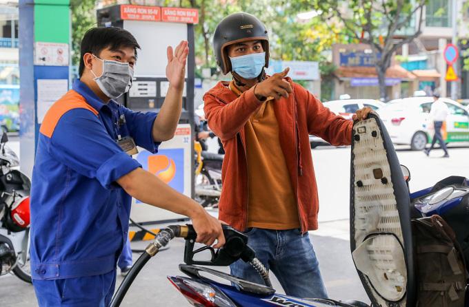 Người dân đổ xăng tại góc đường Hai Bà Trưng - Trần Cao Vân (quận 1, TP HCM). Ảnh: Quỳnh Trần.