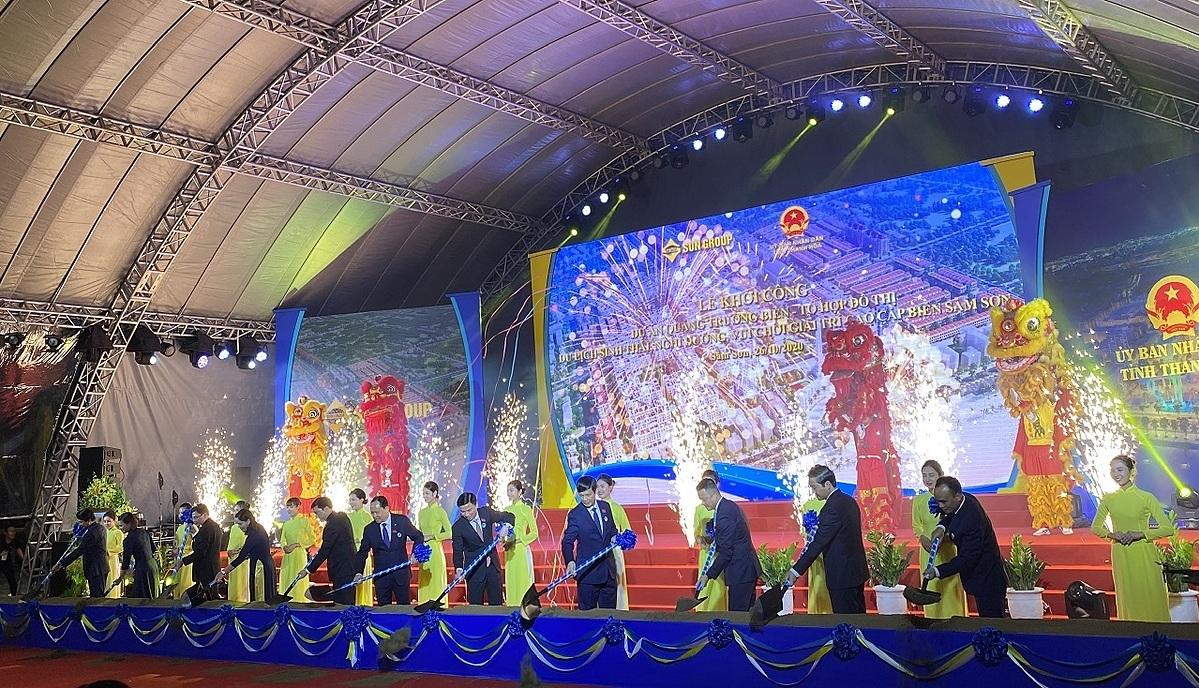 Các đại biểu thực hiện nghi thức khởi công dự án quảng trường biển và tổ hợp đô thị du lịch sinh thái, nghỉ dưỡng, vui chơi giải trí cao cấp biển Sầm Sơn. Ảnh: Tập đoàn Sun Group.