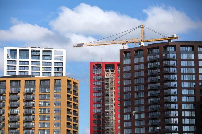 Các tòa nhà chung cư ở London. Ảnh: Chris Ratcliffe/Bloomberg.