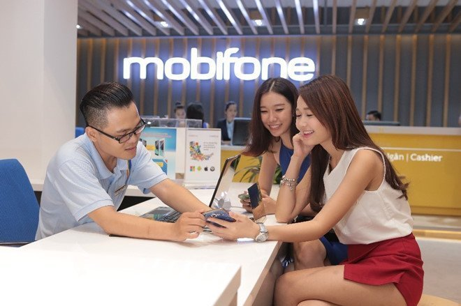 Khách hàng giao dịch tại MobiFone.
