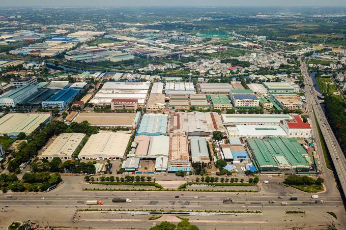 Khu Nam Sài Gòn tập trung nhiều nhà xưởng, cơ sở sản xuất, doanh nghiệp... với lực lượng lao động lớn, nhu cầu an cư giá rẻ cao. Ảnh: Quỳnh Trần.