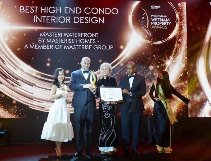 Ông Youssef Akila, Giám đốc khối thiết kế, đại diện Masterise Homes nhận giải thưởng về thiết kế cho dự án.