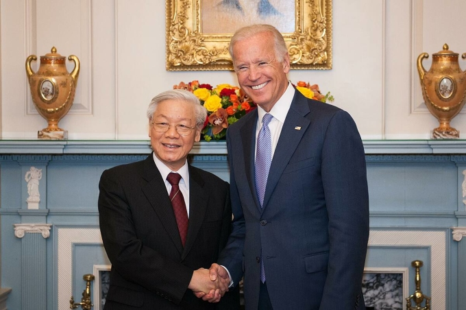 Ông Joe Biden bắt tay Tổng Bí thư Nguyễn Phú Trọng trong bữa tiệc trưa tại Bộ Ngoại giao Mỹ ở Washington, D.C ngày 7/7/2015. Ảnh: Bộ Ngoại giao.