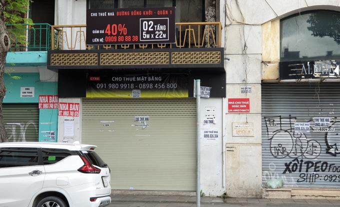 Một căn nhà phố mặt tiền đường Đồng Khởi, quận 1, TP HCM treo biển giảm giá thuê 40%. Ảnh:Vũ Lê.