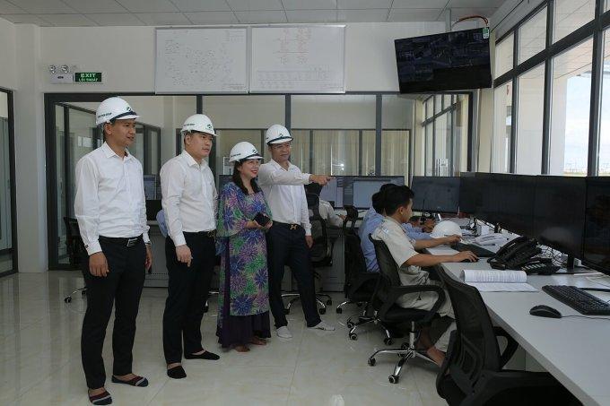 Bà Bùi Thị Thu Hằng - Giám đốc Ngân hàng SHB chi nhánh Thăng Long (đơn vị tài trợ vốn cho dự án) và ông Nguyễn Văn Thùy – Phó chủ tịch Tập đoàn Xuân Thiện (thứ 3 từ phải sang) tại nhà máy.