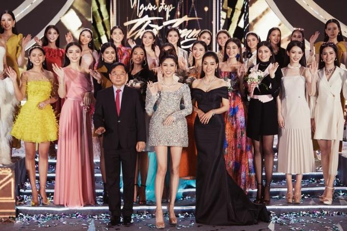 CEO Lâm Ngân chụp ảnh cùng ban tổ chức và top 35 thí sinh.