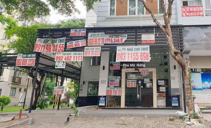Bất động sản đang chào bán và cho thuê tại quận 7, TP HCM. Ảnh: Vũ Lê.