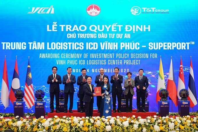 Bà Hoàng Thị Thúy Lan, Bí thư Tỉnh ủy Vĩnh Phúc trao Quyết định chủ trương đầu tư dự án Trung tâm Logistics ICD Vĩnh Phúc (SuperPortTM) cho ông Đỗ Quang Hiển