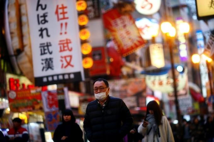 Người dân trên một con phố tại Osaka (Nhật Bản). Ảnh: Reuters