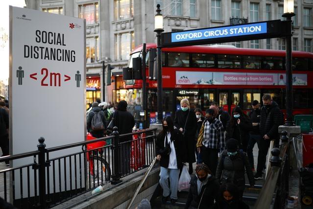 Người đi bộ tại ga Oxford Circus khi Anh tái áp đặt các lệnh hạn chế. Ảnh: Reuters