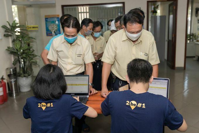 Các tài xế của một công ty taxi truyền thống đăng ký tham gia dịch vụ beTaxi. Ảnh: Be Group.