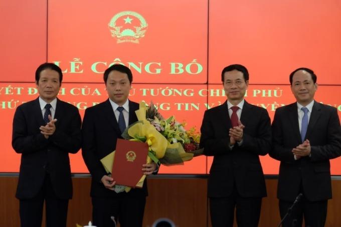 Ông Nguyễn Huy Dũng (thứ hai từ trái) nhận quyết định bổ nhiệm Thứ trưởng Thông tin và Truyền thông chiều 17/11. Ảnh: Nguyễn Hưng