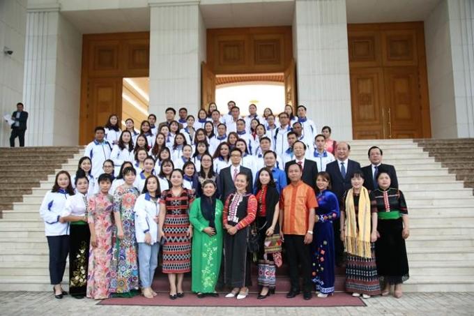 63 tấm gương nhà giáo tiêu biểu của chương trình Chia Sẻ Cùng Thầy Cô 202 đã được ghé thăm Lăng chủ tịch Hồ Chí Minh và gặp gỡ Phó chủ tịch nước Vũ Đức Đam.