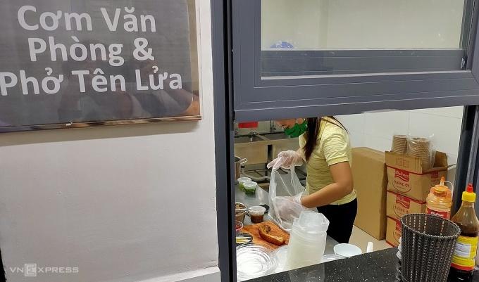 Một gian bếp trong bếp trên mây tại Trung Sơn, Bình Chánh đang chuẩn bị đồ ăn để giao cho tài xế trưa ngày 13/11. Ảnh: Viễn Thông.