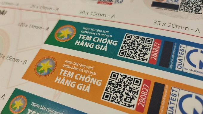 Một số mẫu tem chống hàng giả của Trung tâm Công nghệ Chống hàng giả Việt Nam. Ảnh: Viễn Thông.