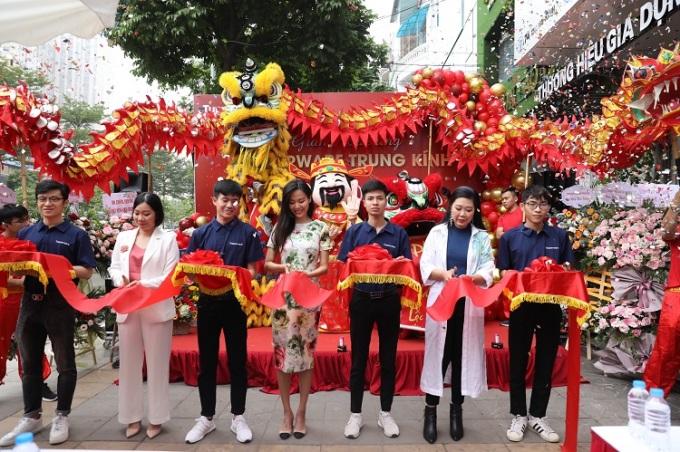 Lễ khai trương cửa hàngTupperware thứ 150 tại 74 Trung Kính, Cầu Giấy, Hà Nội sáng 19/11.