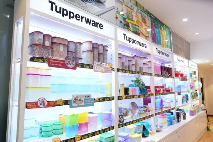 Một góc kệ hàng trong cửa hàng Tupperware