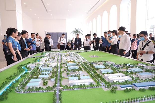 Khách hàng tìm hiểu một dự án ở khu Tây Sài Gòn.