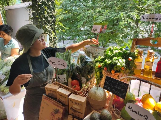 Một quầy bán nông sản hữu cơ tại chợ phiên Organic Town - GIS Market sáng 21/11. Ảnh: Viễn Thông.