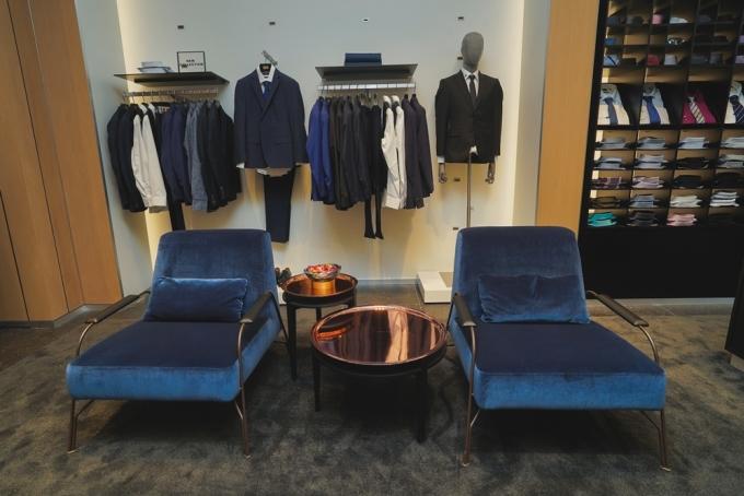 Phòng chờ bằng nhung bên trong cửa hàng BOSS HCM.