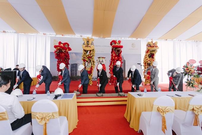 Đại diện chủ đầu tư và quan khách thực hiện nghi lễ động thổ.