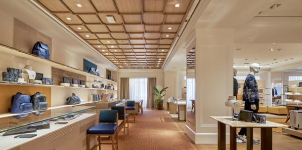 Khu vực dành riêng cho các khách hàng nam, mang đến những bộ sưu tập cập nhật nhất từ Giám đốc Nghệ thuật Virgil Abloh, cùng những món đồ giới hạn đặc biệt.Từ các sản phẩm đồ da cao cấp, hành lý hay bộ sưu tập nước hoa đến những chiếc đồng hồ, bộ trang sức đắt giá... tất cả đều thể hiện trọn vẹn những giá trị cốt lõi từ kỹ thuật thủ công bí truyền, luôn hiện hữu trong các sản phẩm của Louis Vuitton suốt hơn 160 năm qua.