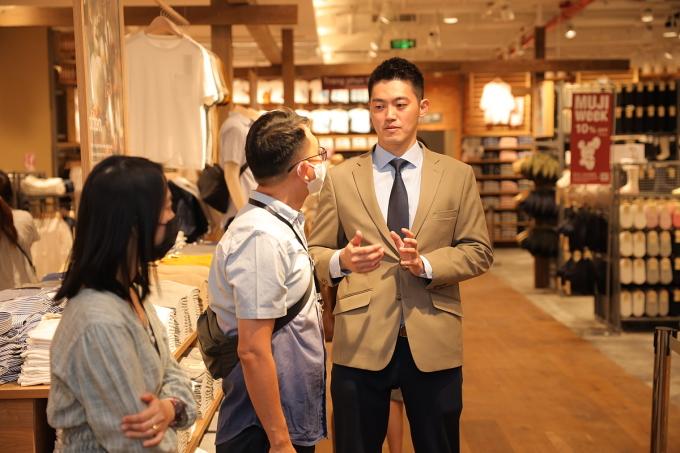 Ông Tetsuya Nagaiwa (mặc vest), trao đổi cùng khách tham quan sáng ngày 26/11. Ảnh: Vân Phan.