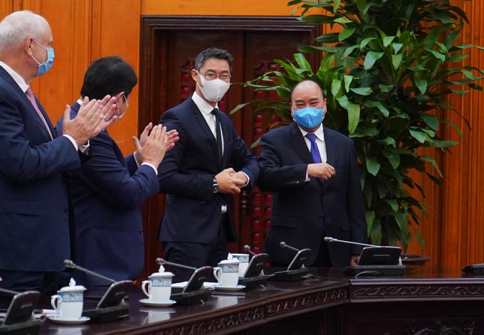 Thủ tướng Nguyễn Xuân Phúc gặp cựu Phó thủ tướng Đức Philipp Rosler. Ảnh: VGP/Quang Hiếu.
