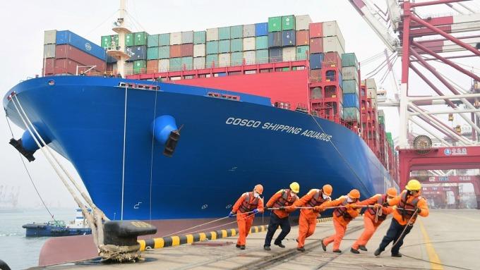Công nhân đeo khẩu trang tại Cảng Thanh Đảo, Sơn Đông, Trung Quốc vào tháng 2/2020. Ảnh: Reuters.