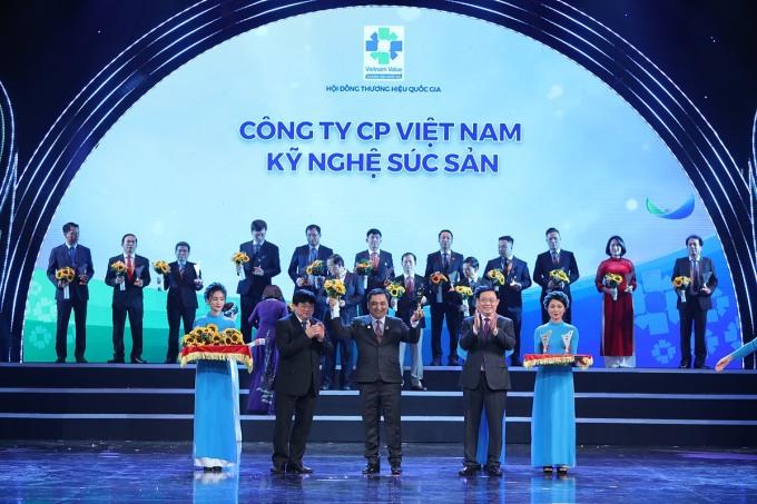 Đại diện Vissan (thứ ba từ phải qua) nhận giải thưởng Thương hiệu quốc gia Việt Nam 2020. Ảnh: Vissan.