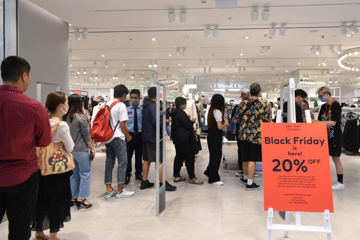 Trung tâm thương mại vắng khách ngày Black Friday