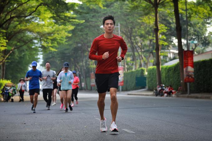 James Dong chạy bộ cùng đồng nghiệp.
